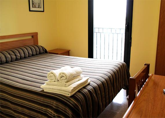 Disponemos de 13 habitaciones, todas de ellas dobles tanto de uso doble como individual, con los servicios necesarios para hacer su estancia placentera